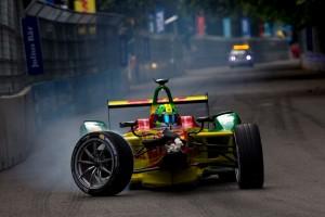 First lap nutcase Di Grassi kruipt terug naar de pits na zijn aanvaring met Buemi