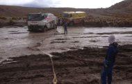 Rainbow-truck met panne in Bolivia, wachten op assistentie