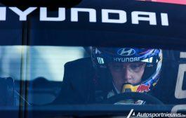 Thierry Neuville (terug) aan de start van de rally van Ieper 2018