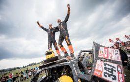 Tim en Tom Coronel met nat pak aan de finish van de Dakar Rally 2018