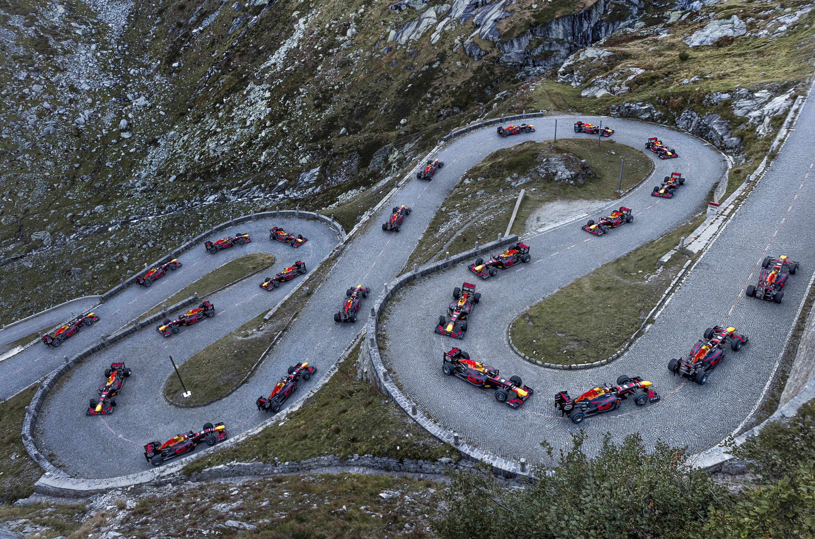 F1 op de kasseien van de gotthardpas autosportnieuws - Red bull content pool ...