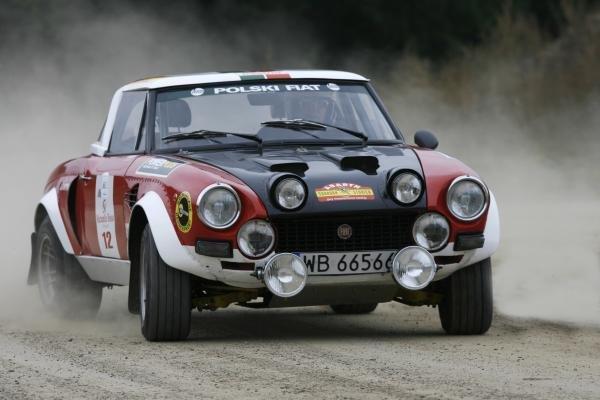 Rallywagens op het voorplan