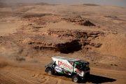 Moeilijke beslissing: Hybride truck vervolgt Dakar rally met twee cabineleden