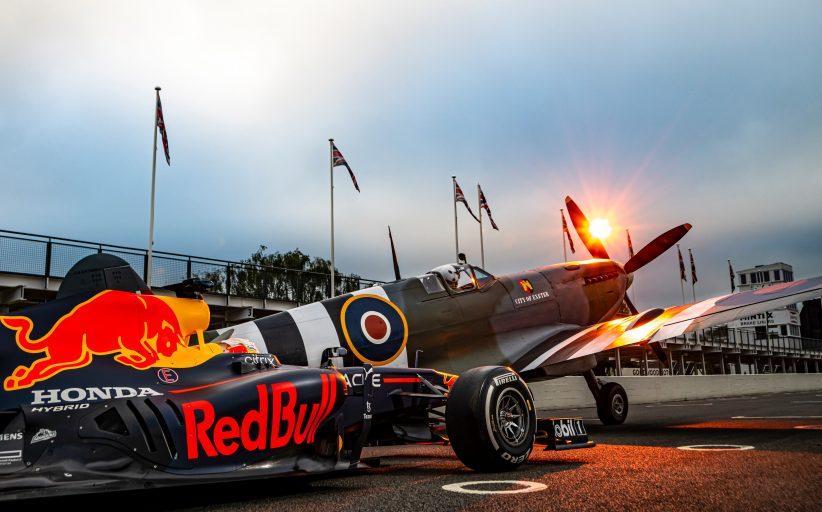 Max Verstappen racet tegen Britse Spitfire, taxi en rode dubbeldekker